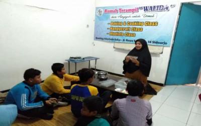 Menghias Cokelat Menandai Berakhirnya Program Pertukaran Pelajar
